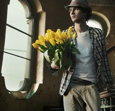 парень с букетом желтых тюльпанов