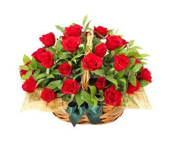 Корзина с красными розами с зеленью и декоративной упаковкой
