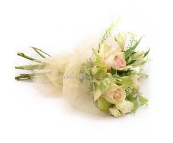 Букет кремовые розы и эустомы