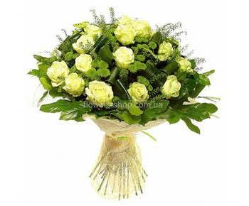 Букет из белых роз и зеленых хризантем в декоративной упаковке