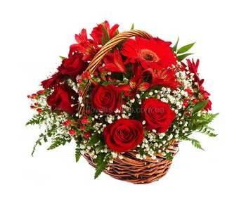 Корзина с красными цветами, розами, герберами, альстромериями, гиперикумом и гипсофилой