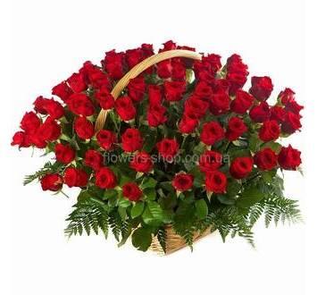 Корзина с красными украинскими розами и зеленью ледерварена
