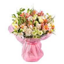 Букет из персиковых альстромерий, роз и хризантем, берграссом, флористической бумагой