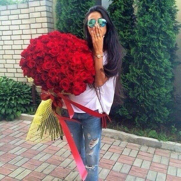 девушка с охапкой роз