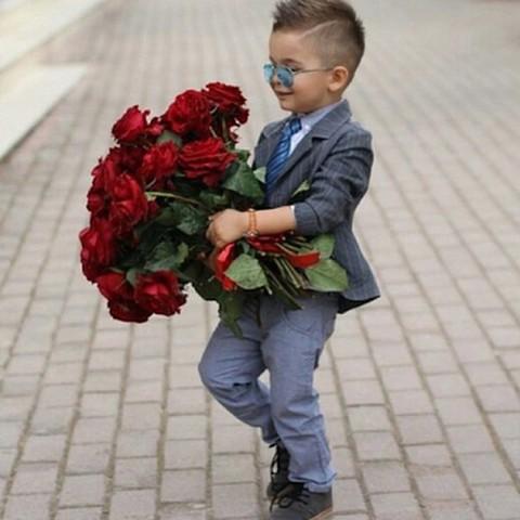 мальчик с розами
