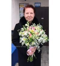 Ніжний мікс з квітів доставлений в Києві