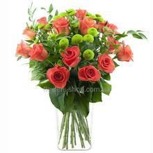 Хризантема Филинг Грин, красные розы, зелень рускуса