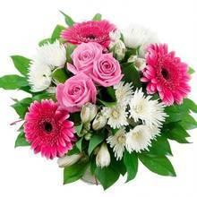 Букет из белых игольчатых хризантем, альстромерий, гербер и роз