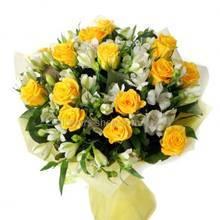 Бело-желтый букет с розами и альстромериями