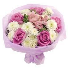 Бело-розовый букет из роз, белых хризантем и альстромерий