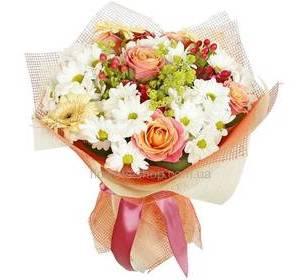 Букет из роз, хризантем, гербер и гиперикума