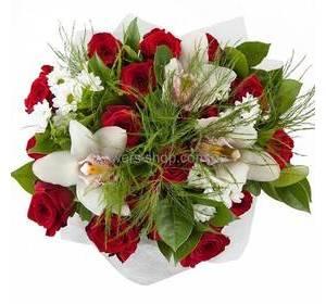 Красные розы и орхидеями и хризантемами белого цвета, с зеленью, в упаковке