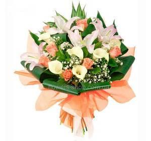 Букет с лилиями, каллами и розами, гипсофилой и зеленью, в органзе