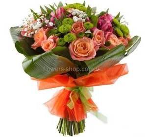 Сборный букет из роз, альстромерий, сантини, листьев аспидистры, в упаковке