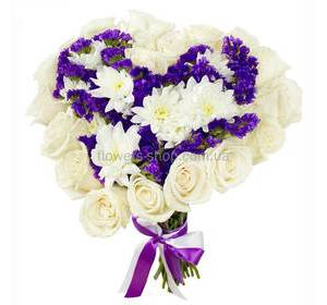 Букет в форме сердца из белых роз и хризантем, фиолетовых цветов