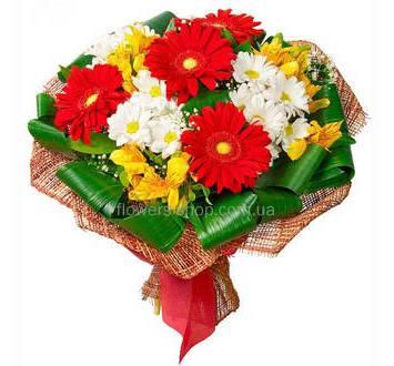 Букет из хризантем, гербер, альстромерий, зелени аспидистры в сетке