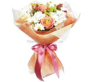 Персиковые розы, ромашки, герберы, декоративная сетка