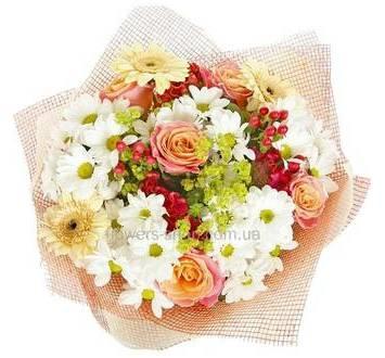 Круглый букет из роз, белых хризантем, гербер и гиперикума, сетка