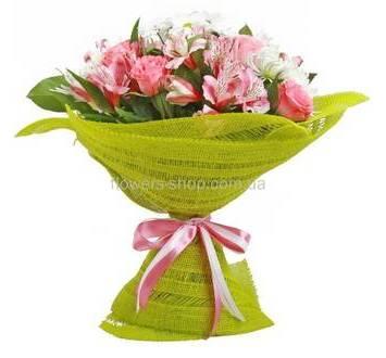 Бело-розовый букет из альстромерий, хризантем и роз