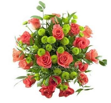 Букет из красных роз, хризантем и рускуса