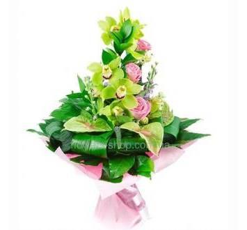 Букет с веткой зеленых орхидей, розовыми розами, антуриумом, зеленью аспидистры и рускуса, упакованный в органзу