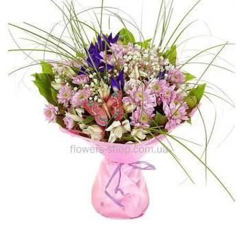Букет из хризантем, ирисов и альстромерий, с берграссом и гипсофилой, в упаковке
