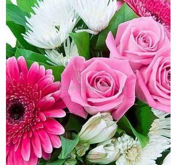 Белые и розовые цветы, зелень, упаковка органза