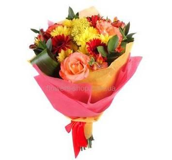 Сборный букет с розами, красными герберами и хризантемой, в упаковке