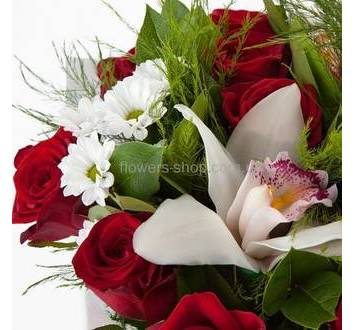 Орхидея цимбидиум, алые розы, ромашковые хризантемы, зелень