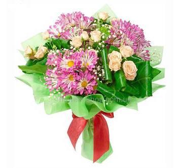 Букет из кустовых роз и веточных хризантем, с гипсофилой и зеленью, в упаковке