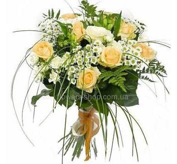 Розы, хризантемы, альстромерии, зелень берграсса и ледерварена