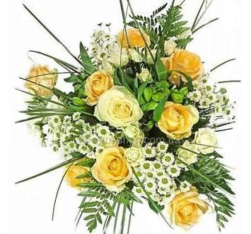 Ромашковые хризантемы, персиковые розы, зелень