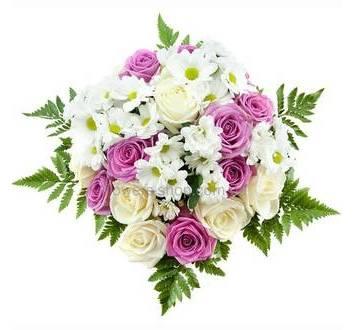 Букет из белых и розовых роз, ромашек, зелени