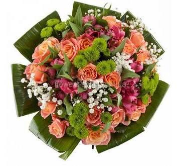 Букет с аспидистрой, хризантемами, розами и альстромериями, упакованный в органзу