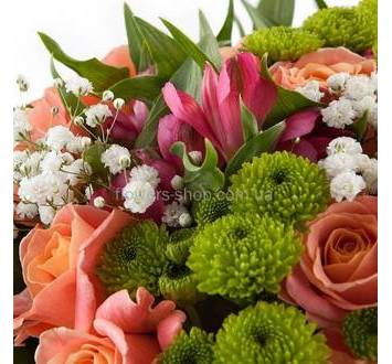 персиковые розы, хризантема Филинг Грин, альстромерии, листья аспидистры