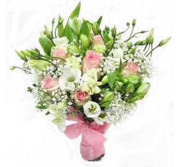Бело-розовый букет цветов из альстромерий, роз, лизиантусов, с лентой