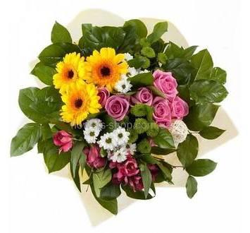 Яркий букет с желтыми герберами, ромашками, розовыми розами, альстрмериями, в органзе