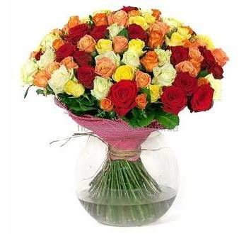 Букет из роз разных цветов упакованный во флористическую сетку