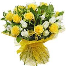 Букет из белых и желтых роз, альстромерий и зелени, в упаковке
