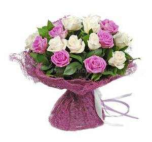 Белые и розовые розы в декоративной упаковке
