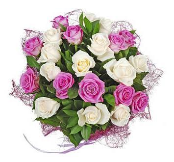 Букет из бело-розовых роз в декоративной сизали