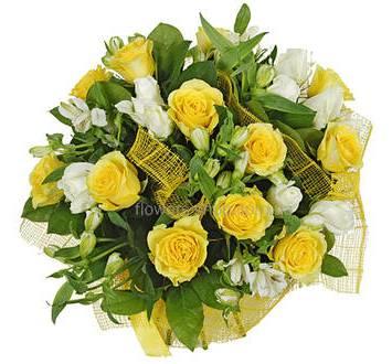 Букет из альстромерий и роз в желтой упаковке