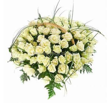 Корзина с белыми розами и берграссом