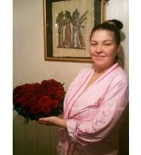Великолепная композиция из роз в виде сердца и получательница
