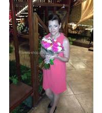 Букет из разноцветных украинских роз в руках у именинницы