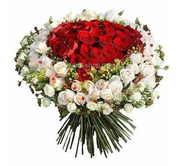 Большой букет из красных и белых роз, гиперикума, зелени и декора