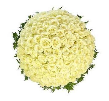 Большая корзина с белыми розами и зеленью ледерварена