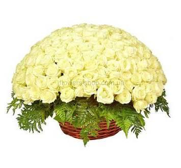 Белые розы с ледервареном в большой корзине
