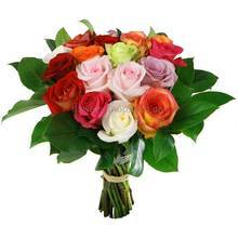Букет из импортных роз различных сортов и зелени салала