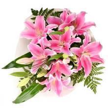 Букет из розовых лилий, с берграссом и ледервареном